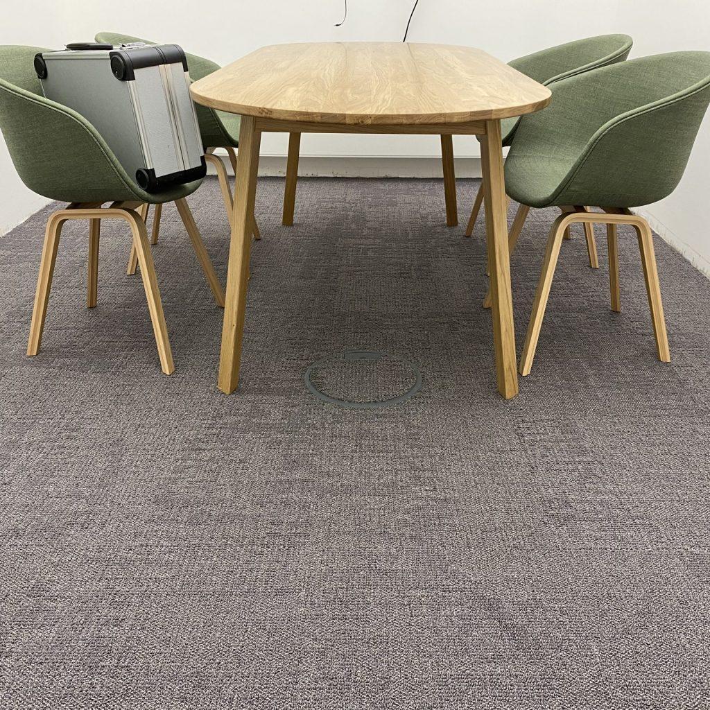 Grauer Teppichboden im Besprechungszimmer