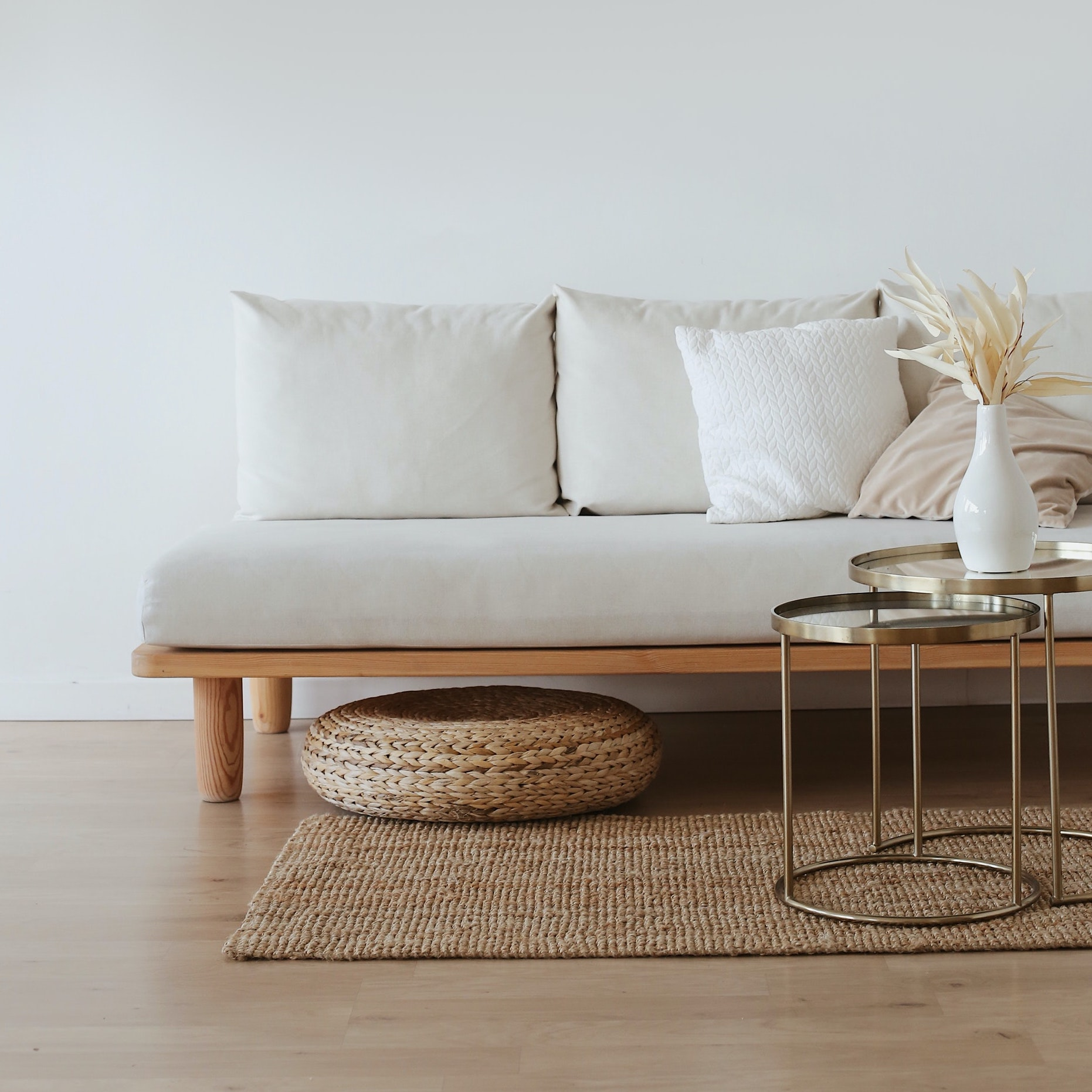 Sofa auf hellem Parkett